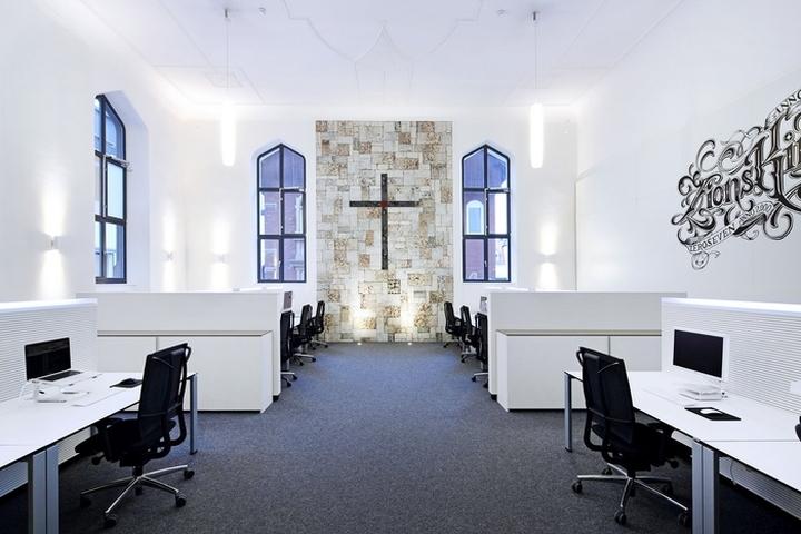 Стена с крестом из плиток ручной работы