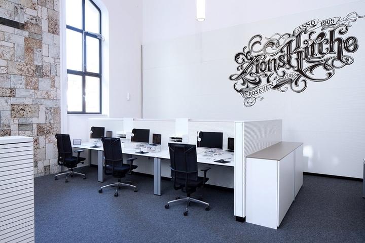 На белых стенах расположены надписи с витиеватыми рисунками