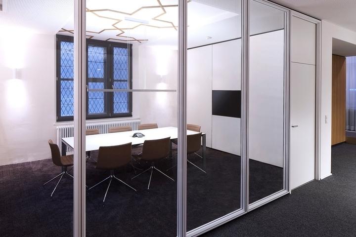 Комната для переговоров за стеклянной перегородкой