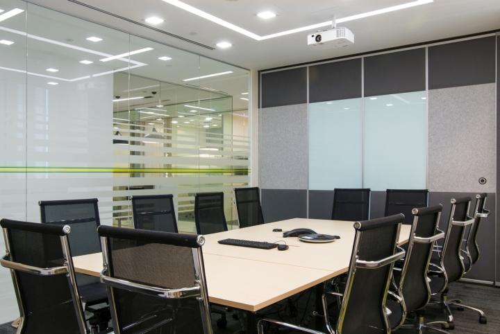 Интерьер комнаты для переговоров выполнен в серых тонах