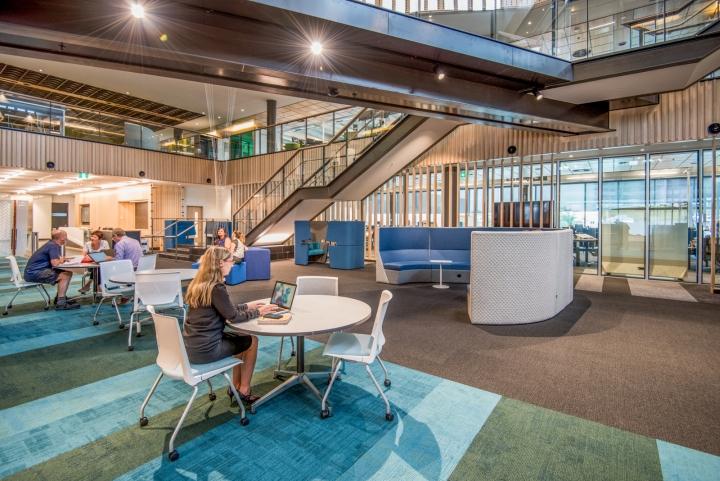 Открытое пространство офиса для совместной работы компании Trustpower