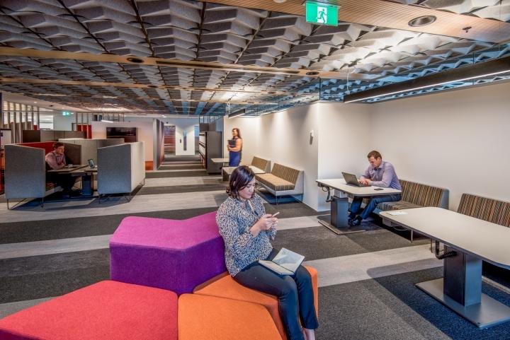 Офис для совместной работы компании Trustpower - яркие диванчики