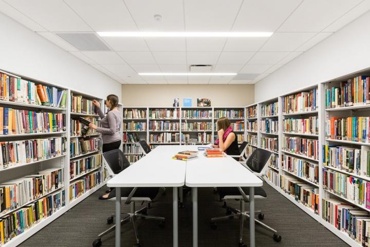 Офис издательства Macmillan, Нью-Йорк - огромная библиотека в офисе