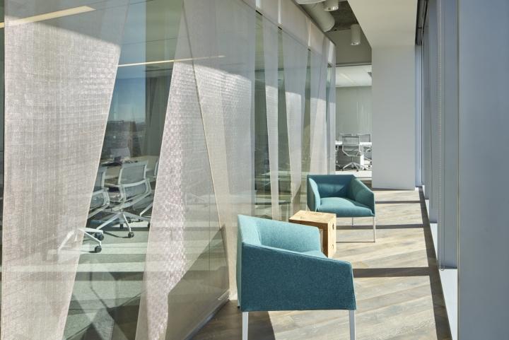 Офис с красивым интерьером в голубых тонах