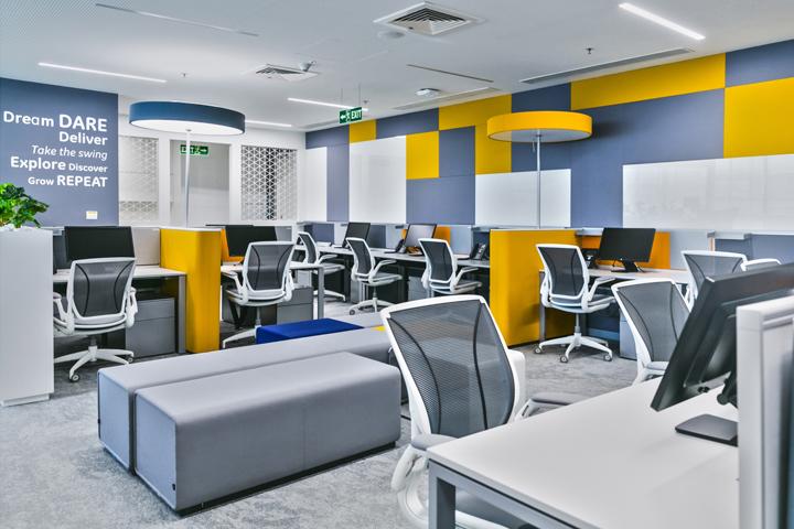 Современный офис с красивым интерьером