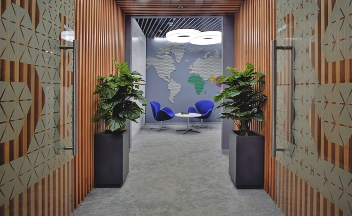Оформление входа в офис с красивым интерьером