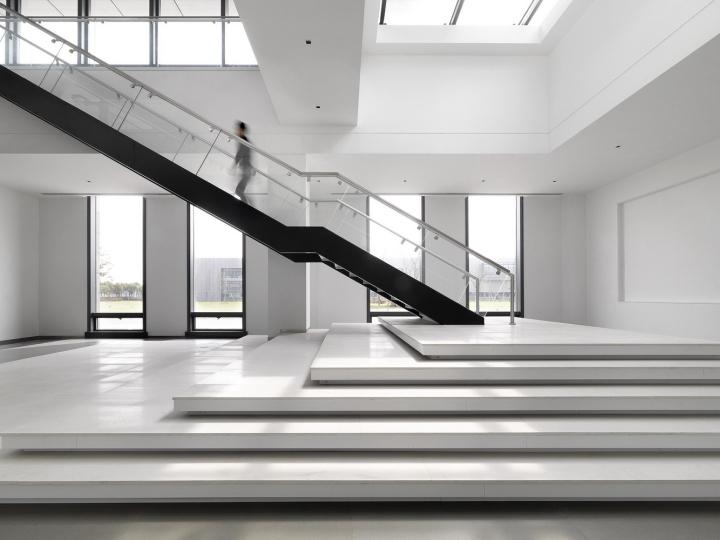 Офис с красивым интерьером в Шанхае, Китай: лестница