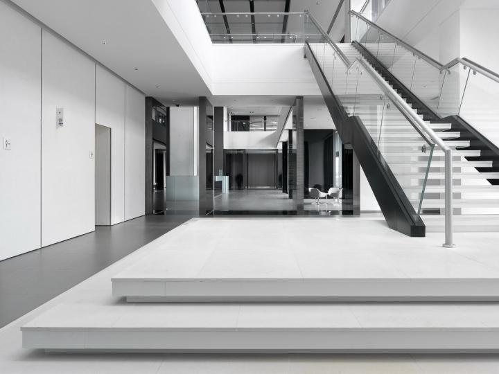 Офис с красивым интерьером в Шанхае, Китай: вид на лестницу