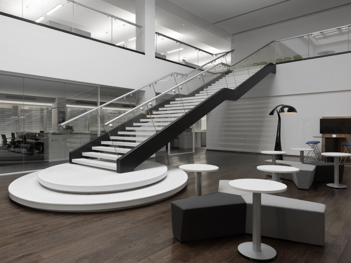Офис с красивым интерьером в Шанхае, Китай: чёрно-белая лестница