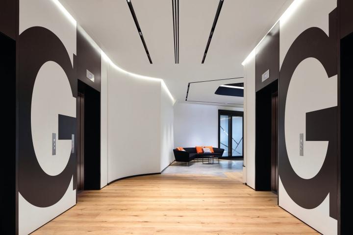Офис с террасой в Великобритании: паркет и стены