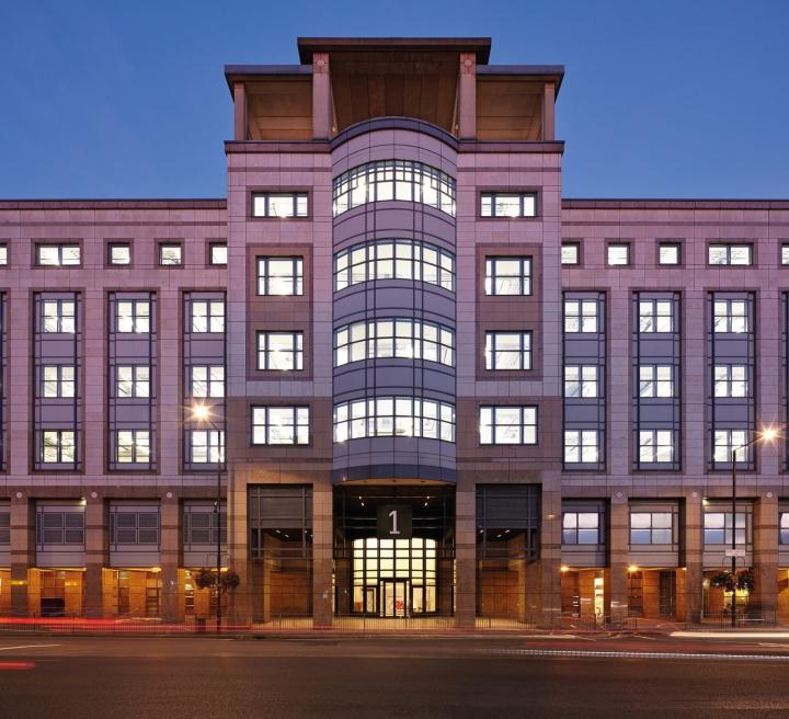 Офис с террасой в Великобритании: фасад здания