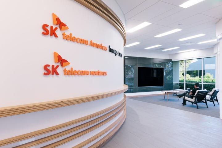 Офис в светлых тонах от Studio G Architects - логотип на стене
