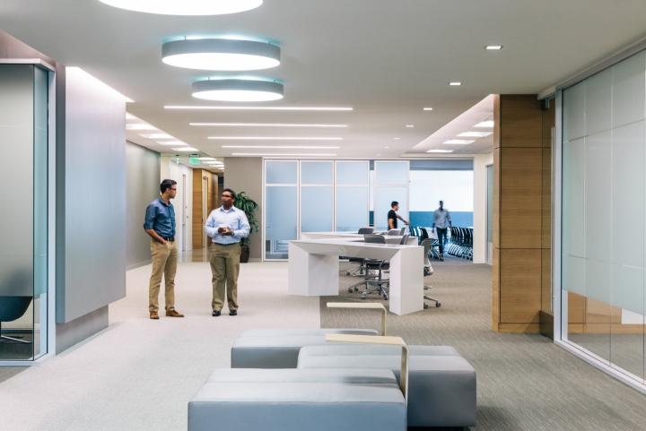 Офис в светлых тонах от Studio G Architects - общий вид