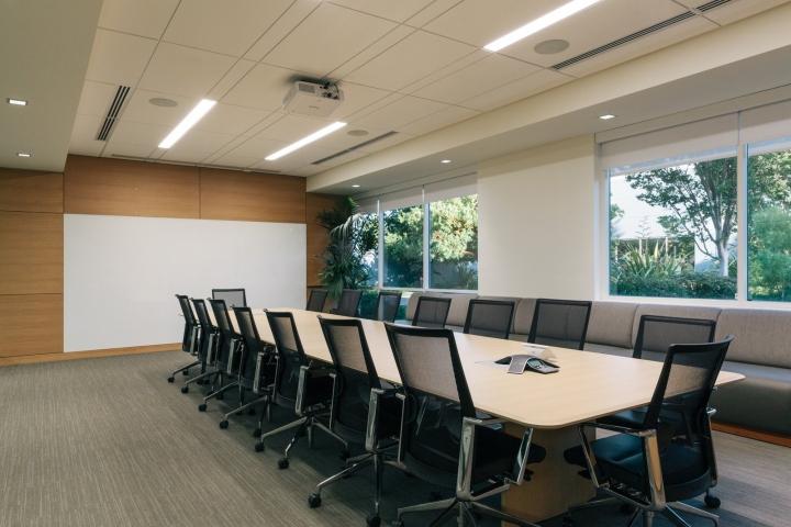 Офис в светлых тонах от Studio G Architects - большие окна в офисе