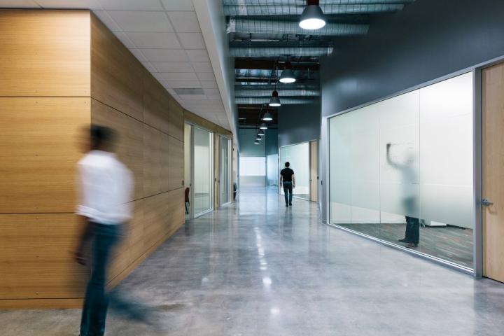 Офис в светлых тонах от Studio G Architects - стеклянные стены