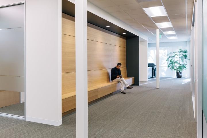 Офис в светлых тонах от Studio G Architects - место для бесед
