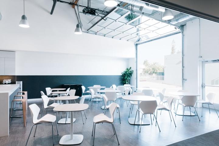 Офис в светлых тонах от Studio G Architects - белые столы и стулья