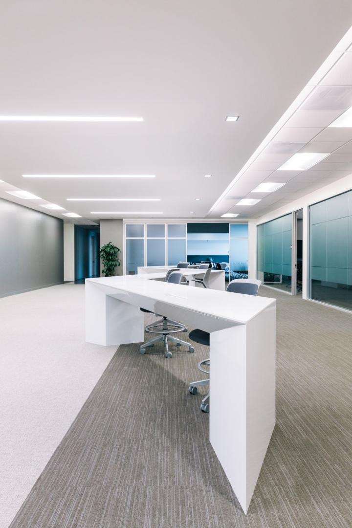 Офис в светлых тонах от Studio G Architects - нестандартный стол