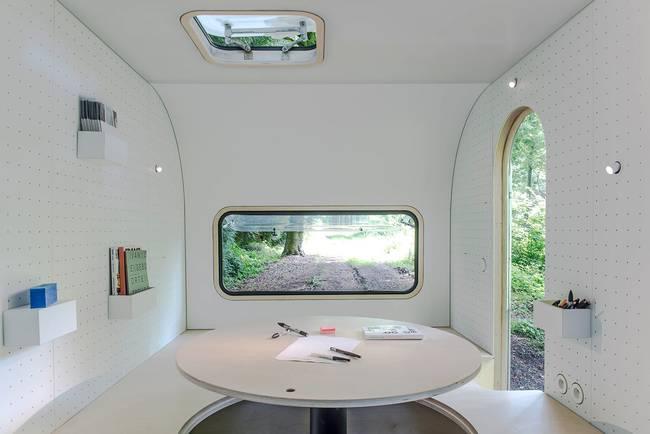 Белый круглый стол в офисе в трейлере