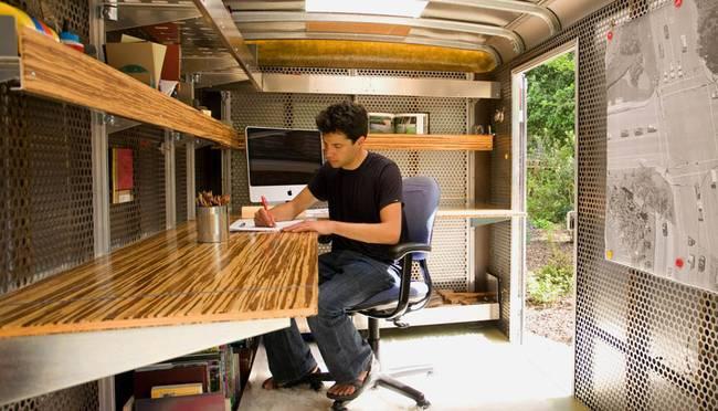 Деревянные полки в офисе в трейлере