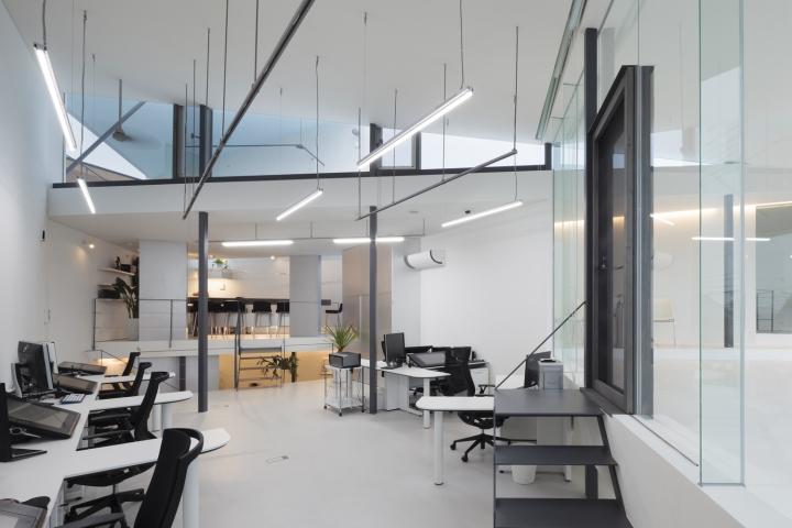 Современный офисный дизайн в светлых оттенках