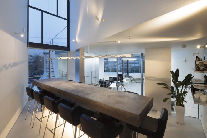 Массивный деревянный стол в дизайне офиса