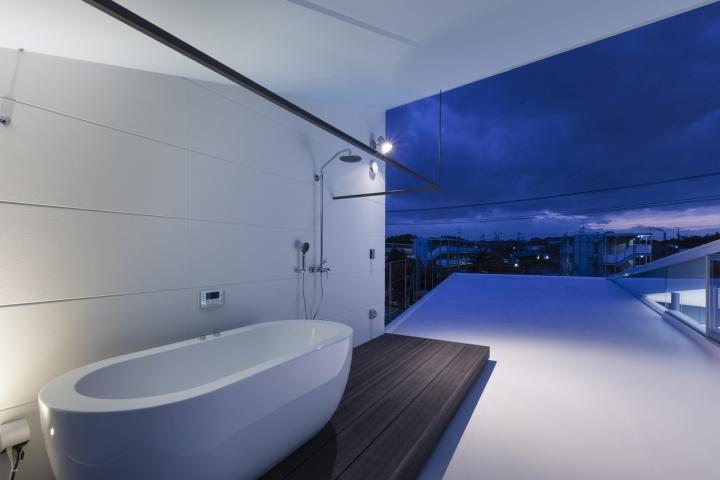 Белая ванна на крыше офиса