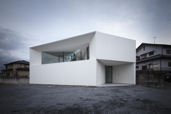 Белый геометрический фасад здания офиса - Фото 1