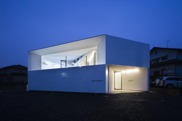 Белый геометрический фасад здания офиса - Фото 2