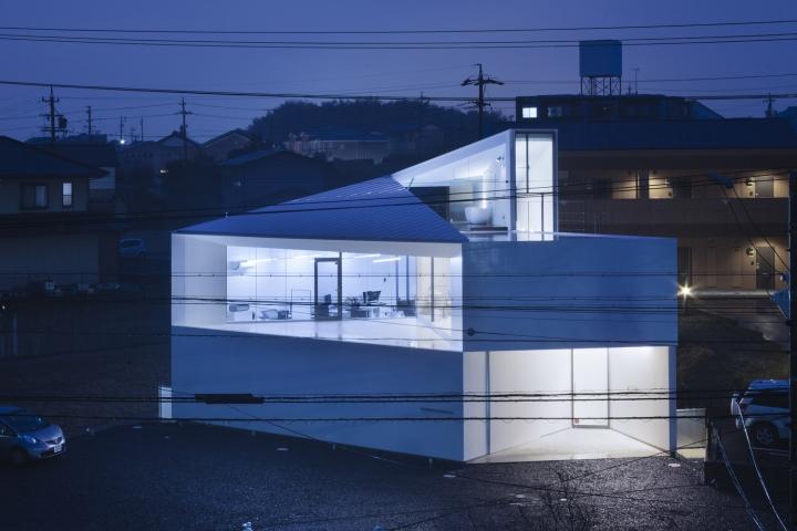 Белый геометрический фасад здания офиса - Фото 3