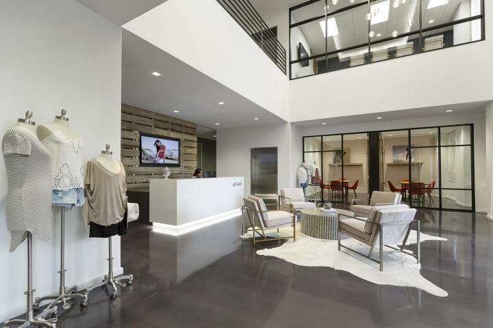 Офисный дизайн: белые стены и потолки