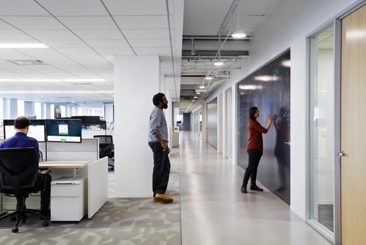 Офисный интерьер в Чикаго, Иллиноис: меловая доска