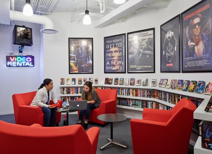 Офисный интерьер в Чикаго, Иллиноис: зона с выбором фильмов