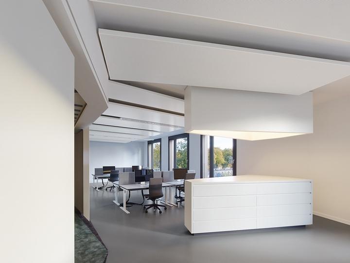 Офисный интерьер от Ippolito Fleitz Group в Германии: стол-кухня