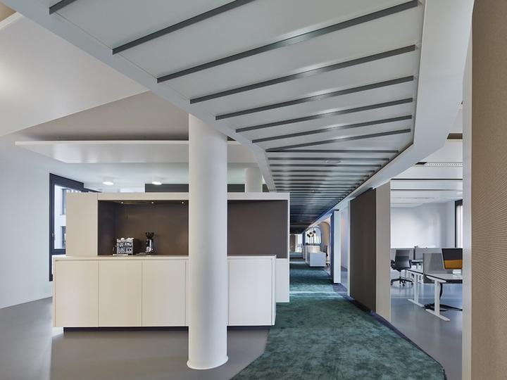 Офисный интерьер от Ippolito Fleitz Group в Германии: стол-кухня: интерьер офисов Phoenix Design. Фото 1