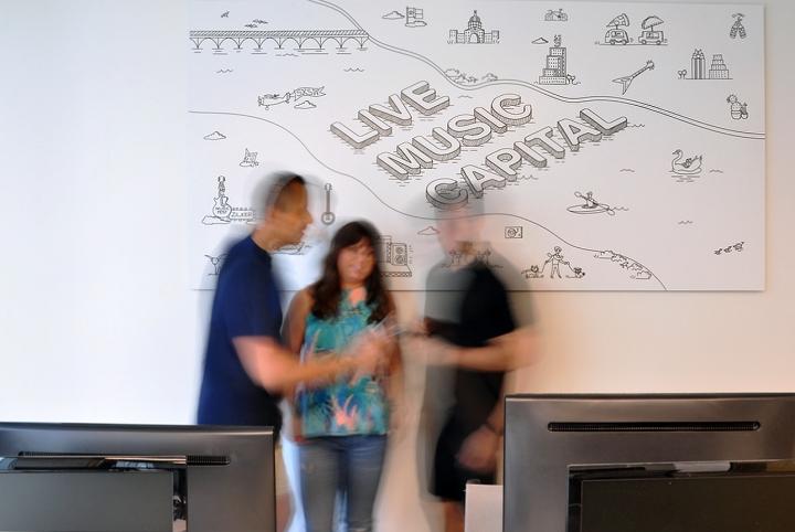 Офисы с красивым интерьером: картина на стене
