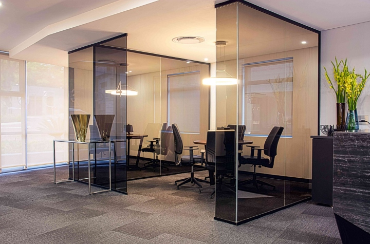 Офисы с красивым интерьером из ЮАР: тёмное стекло