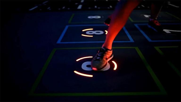 Оформление фитнес клуба: цифры с датчиками на полу