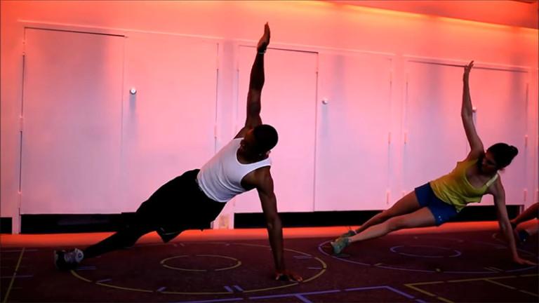 Оформление фитнес клуба: подсветка яркого цвета