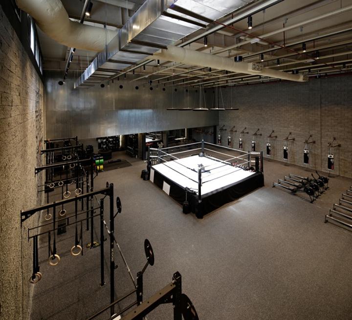 Оформление фитнес клуба: ринг в центре главного зала