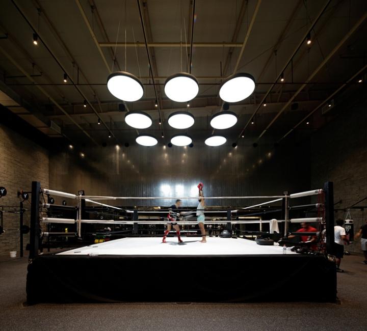 Оформление фитнес клуба: для освещения использованы 9 подвесных светильников