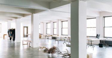 Оригинальное оформление интерьера офиса: как превратить чердак в студию