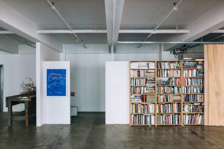 Книжные стеллажи в оформлении интерьера офиса