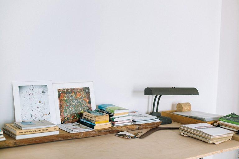Светлый деревянный стол в оформлении интерьера офиса