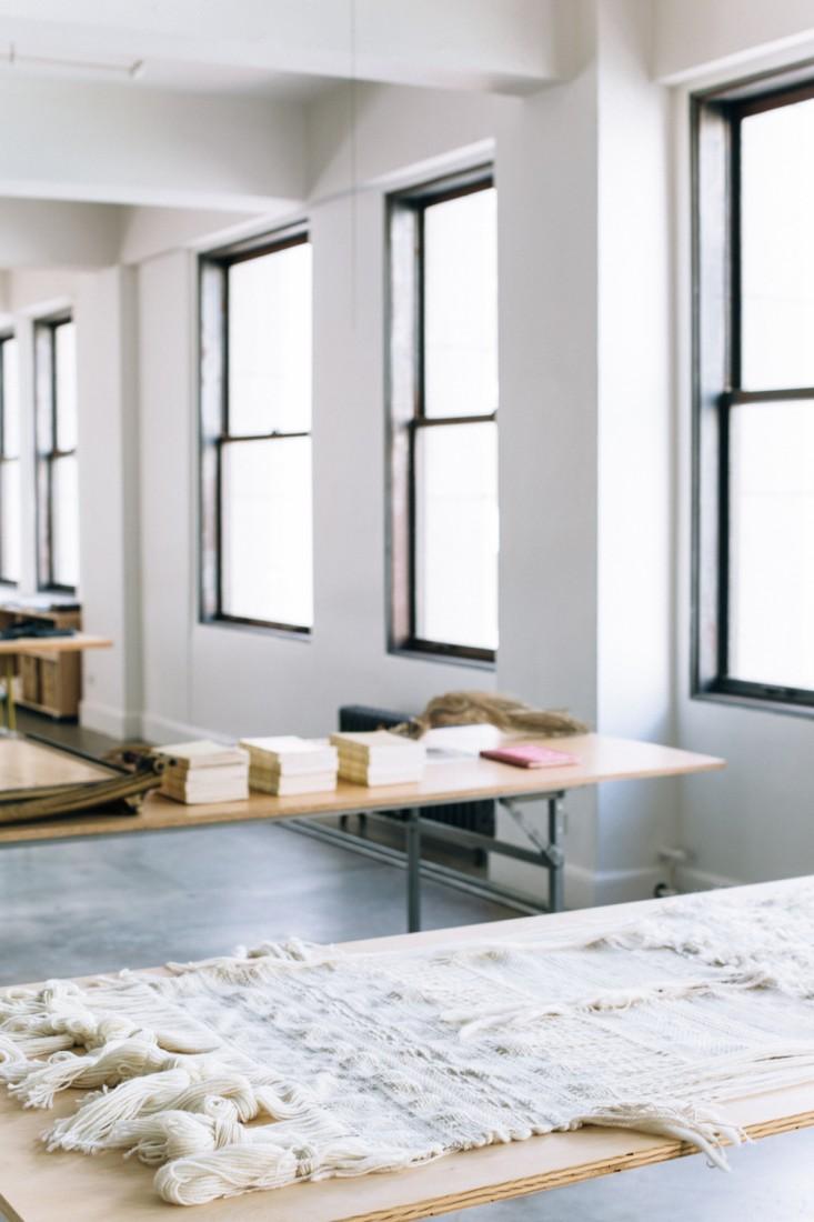 Высокие окна в оформлении интерьера офиса