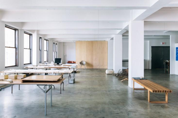 Деревянная скамейка в оформлении интерьера офиса