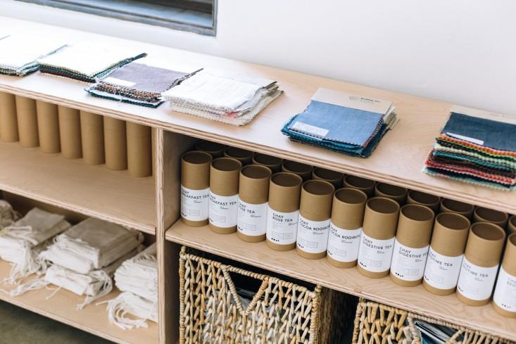 Деревянные полки с плетёными корзинами в оформлении интерьера офиса
