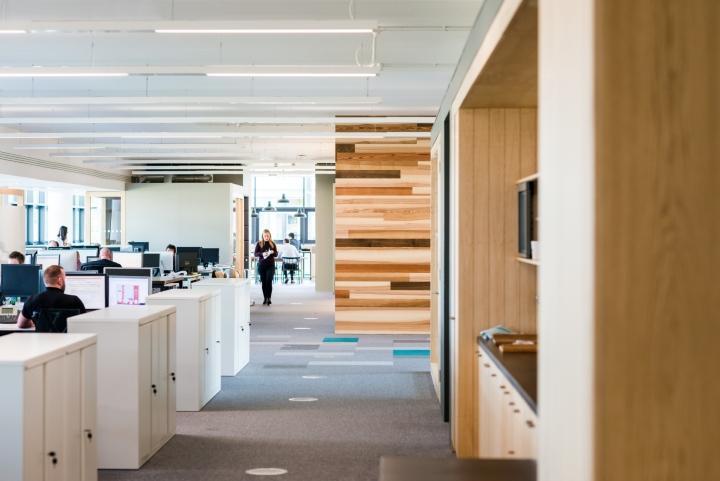 Оформление интерьера офиса: дерево дарит ощущение тепла