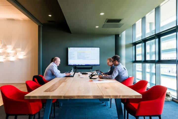 Оформление интерьера офиса: прочная деревянная столешница