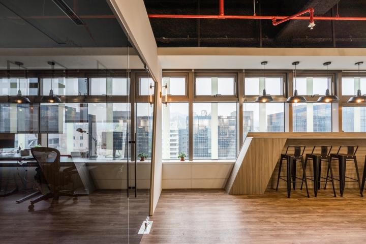 Уютное оформление интерьера офиса в Тайване: широкие окна